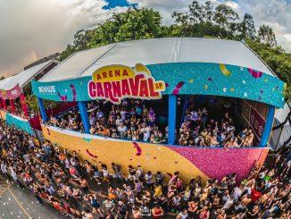 """A Arena Carnaval SP 2020, em São Paulo, promete dois dias gratuitos de muita diversão e alegria com segurança e responsabilidade. Para a edição 2020, já estão confirmados os blocos: Vem com o Gigante (Léo Santana), Bloco Largadinho (Cláudia Leitte), Bloco Fervo da Lud (Ludmilla), Bloco do Kevinho (Kevinho) e Bloco do Comandante (Xand Avião). Em breve, a organização da festa divulgará a programação completa. Arena Carnaval SP em 2019. Foto: reprodução/Facebook Axé, samba, pagode, funk e muitos outros ritmos convivem harmoniosamente, nessa """"Avenida de Carnaval"""". Semelhanças e diferenças se transformam em riqueza cultural, nos dias 15 e 16 de fevereiro (sábado e domingo) na área externa do Pavilhão Anhembi, das 12h às 22h. Além da alegria dos blocos, uma mega estrutura e esquema de segurança levam tranquilidade à festa. Trios elétricos, iluminação, segurança, camarotes, grades de contenção, toaletes, telões de LED, monitoramento do circuito e geradores, fazem da Arena o circuito carnavalesco mais seguro e animado de São Paulo. E vai rolar a festa! Não é sem motivo que a Arena Carnaval SP entrou na lista de destinos para aproveitar o pré carnaval da cidade. A alegria das pessoas invade o circuito a céu aberto, ao som dos trios elétricos e das muitas atrações gratuitas. Além disso, em sua segunda edição a Arena terá um espaço reservado para quem quer curtir a folia com conforto e em área privilegiada. O Camarote Arena Carnaval SP 2020 será montado na área externa do Pavilhão Anhembi e conta com opção de bebidas inclusas (open bar) ou apenas o espaço (camarote seco) e banheiros climatizados. Vai funcionar das 12h às 22h. Ingressos podem ser adquiridos no http://bit.ly/ArenaCarnavalSP2020. Criada e realizada pela Agência InHaus, a maior prévia do carnaval de São Paulo é totalmente gratuita e seu objetivo maior é interagir e fazer do público a grande estrela do evento. O evento tem patrocínio da cerveja Itaipava e do TNT Energy Drink. O Anhembi, que recebe os espetáculos, t"""
